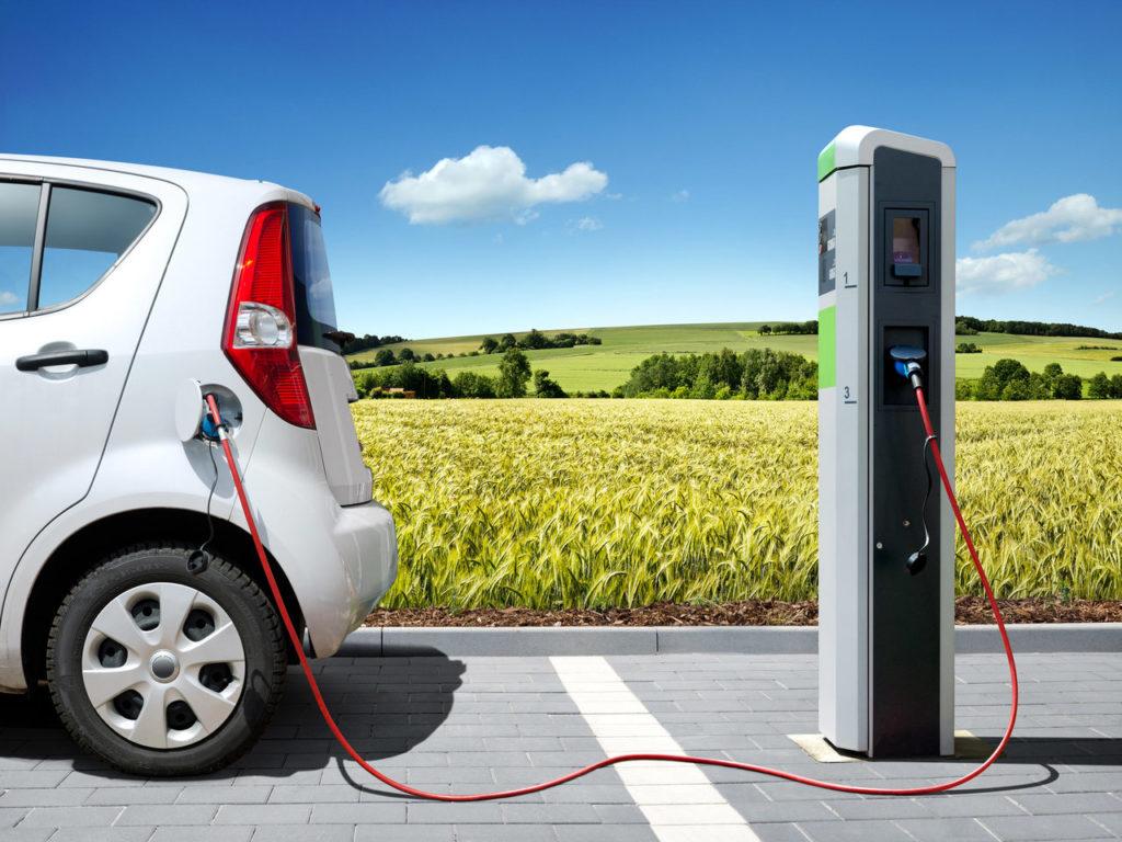 Elektromos autó és töltő kép bejegzésbe