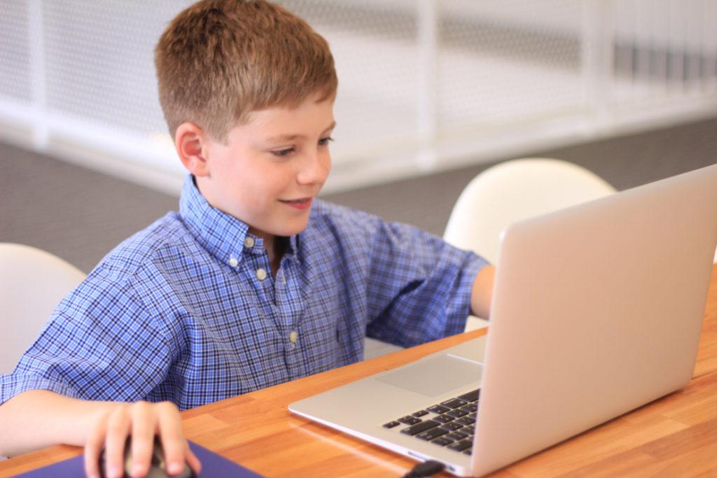 Egy számítógépező gyerekről készült kép bejegyzésbe