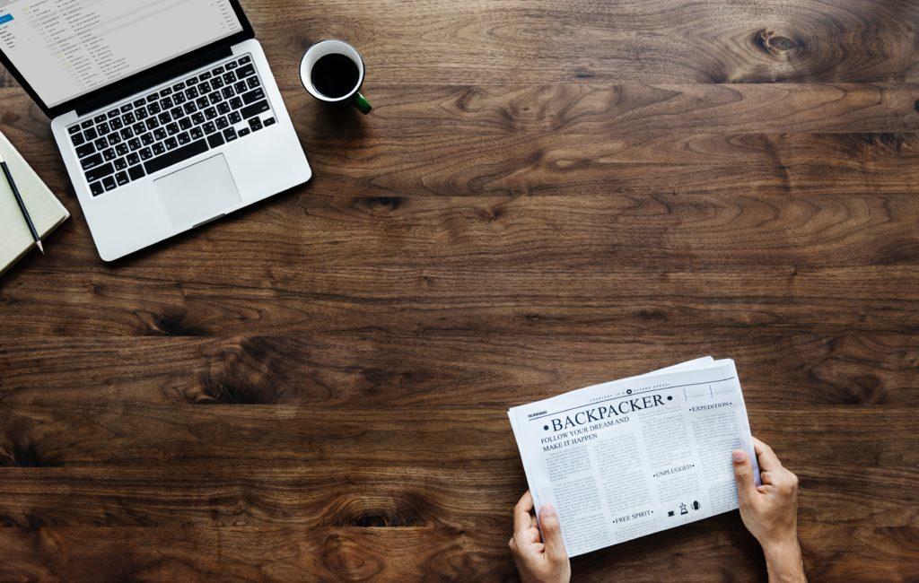 laptop és újság kép bejegyzésbe
